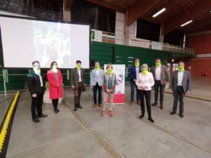 Menschengruppe Masken tragend
