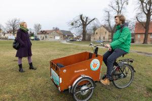 Falkensee. Petra Budke traf sich mit Lennart Meyer vom Falkenseer Jugendforum. Meyer will in Falkensee das Lastenrad populärer machen. Foto: Peter-Paul Weiler